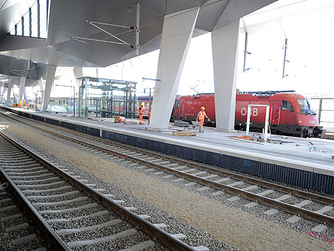 Zug fährt durch die Baustelle des neuen Wiener Hauptbahnhofs