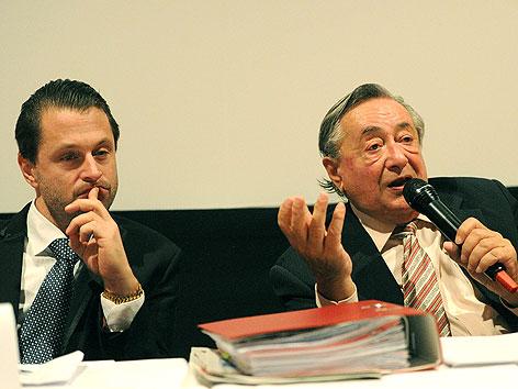 Anwalt Adrian Hollaender und Richard Lugner bei Pressekonferenz
