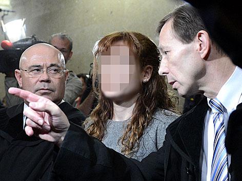 Prozess um Kellerleichen: Die mutmaßliche Doppel-Mörderin Estibaliz C. (M.) mit ihren Anwälten Werner Tomanek (l.) und Rudolf Mayer am ersten Prozesstag