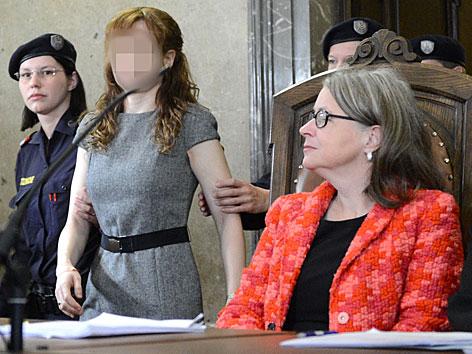 Prozess um Kellerleichen: Estibaliz C. (l.) und die psychiatrische Sachverständige Adelheid Kastner (r.) vor Beginn des ersten Verhandlungstages