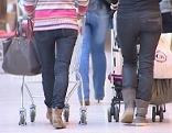 Kundinnen im Einkaufszentrum