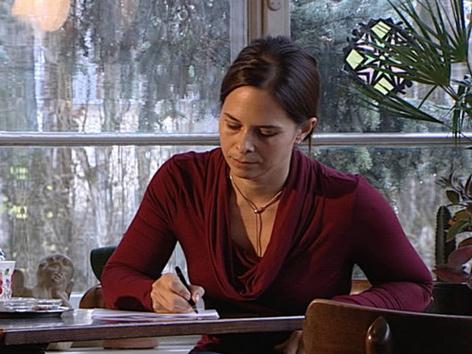 Anna Baar schreibend