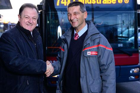 Geschäftsführer Eduard Winter und der Busfahrer