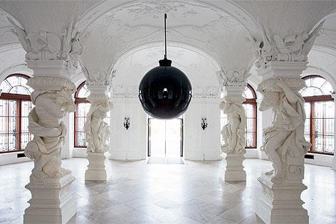 schwarze kugel als belvedere weihnachtsbaum wien. Black Bedroom Furniture Sets. Home Design Ideas