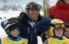 Hermann Maier mit den Skikurs-Kindern