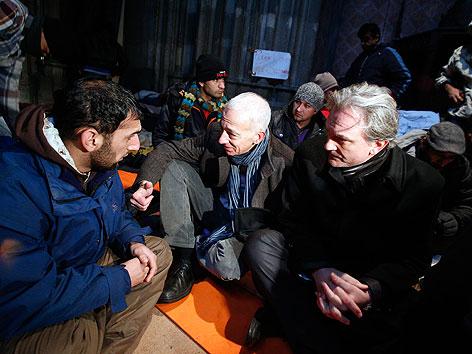 Caritas-Direktor Michael Landau und der Wiener Bischofsvikar Dariusz Schutzki bei Gesprächen mit Asylwerbern in der Votivkirche