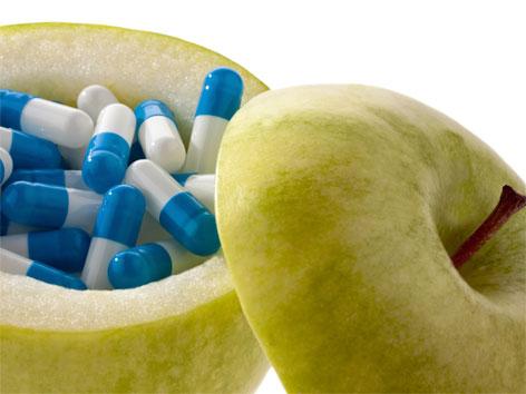Pillen in einem aufgeschnittenen Apfel