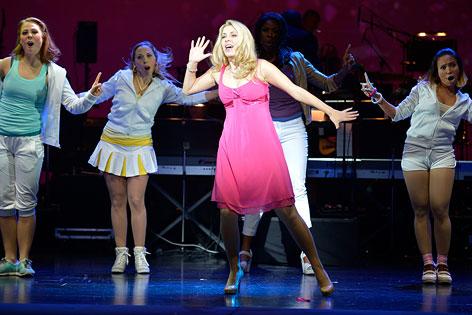 """Barbara Obermeier (M.) als Elle Woods während einer Präsentation des Musicals """"Natürlich Blond""""."""