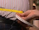 Bauchumfang eines Mannes wird gemessen