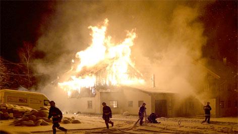 Löscharbeiten bei Brand in Hohenzell