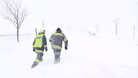 Feuerwehrleute im Schnee