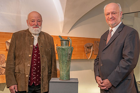 Sepp Forcher mit Ex-Salzburg-Museum-Direktor Erich Marx und der keltischen Schnabelkanne