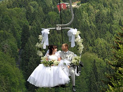Hochzeitspaar in einer Gondel