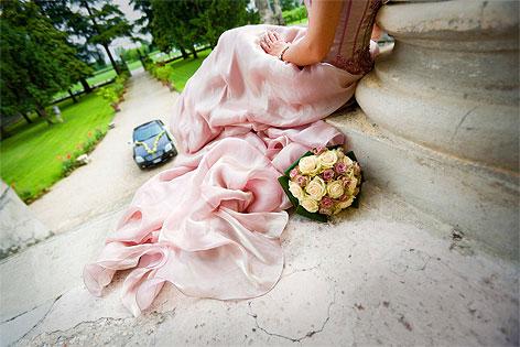 Eine Braut sitzt auf einer Treppe