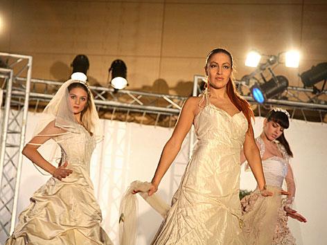 Eine Modenschau mit Brautmode