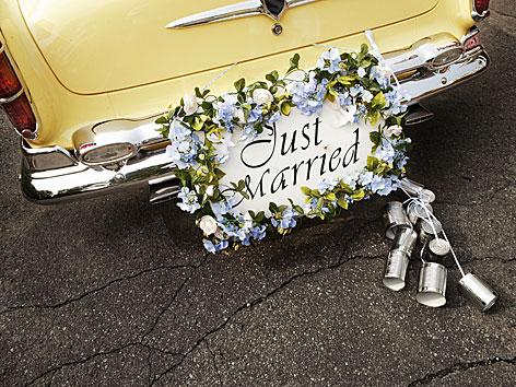 Ein Auto mit der Aufschrift Just Married