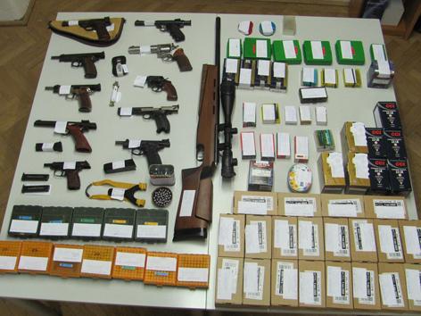 Waffenarsenal liegt auf dem Tisch