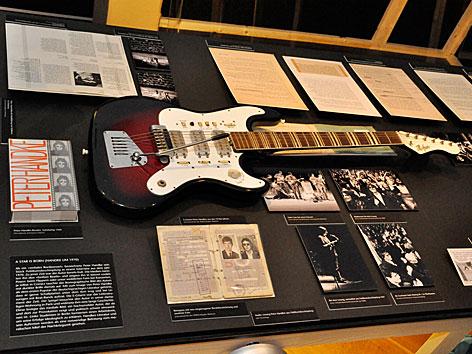Peter Handkes E-Gitarre in der Ausstellung im Theatermuseum