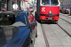 Geparktes Auto behindert Weiterfahrt einer Straßenbahn