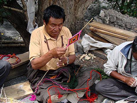 Herstellung von Fadenkreuzen in Tibet