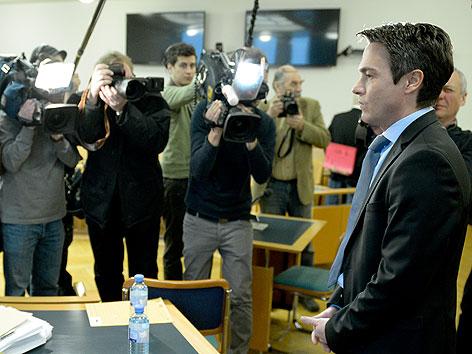 Fotografen und Kamerateams vor Prozessbeginn bei Franz Koloini im Wiener Landesgericht