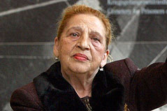 Ceija Stojka im Jahr 2003 bei der Eröffnung einer Ausstellung in Auschwitz