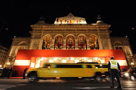 Vorfahrt der Ballgäste vor der Oper