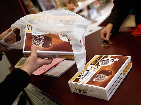 Verkauf von Schwedenbomben-Packung in der Niemetz-Filiale in Wien