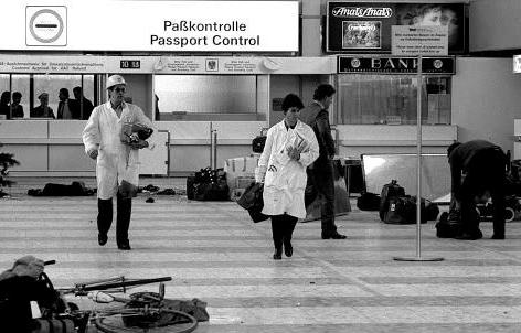 Eine Szenen nach dem Attentat am 27.12.1985 am Flughafen Schwechat