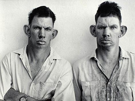 Foto von den Zwillingen Dresie and Casie aus der Serie Platteland von Roger Ballen