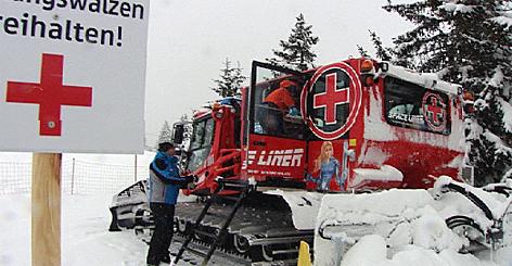 Bergrettung als Taxi für Betrunkene Bergretter Pistengerät Pistenraupe Pistenwalze Erste Hilfe Ski Skifahren Wintersport Alkohol