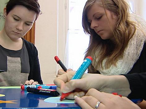 Pflegeschülerinnen beim Vorbereiten auf Auslandspraktikum