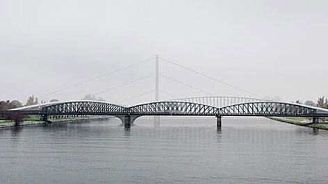 Neue Brücke neben Eisenbahnbrücke