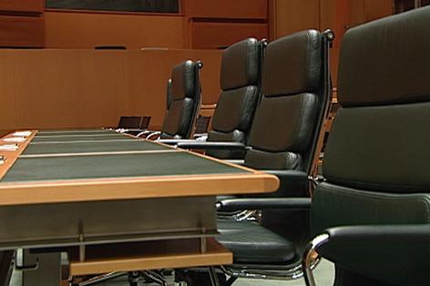 Leere Sessel und Sitzreihen im Landtagssitzungssaal