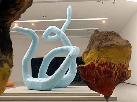 Ausstellungsansicht im mumok mit zwei Skulpturen von Franz West