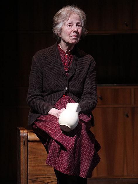 """Bibiana Zeller als """"Die Großmutter"""" am Donnerstag, 15. April 2010, während einer Fotoprobe zu """"Geschichten aus dem Wiener Wald"""""""