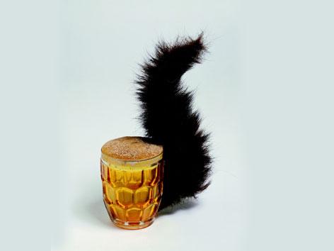 Eichhörnchen, 1969: Bierkrügerl mit Eichhörnchenschwanz am Henkel