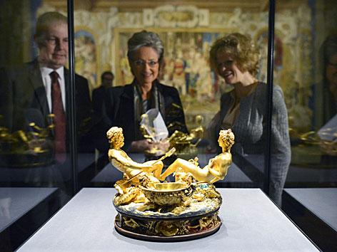Die Saliera in einer Glasvitrine in der neu eröffneten Kunstkammer. Im Hintergrund Kulturministerin Claudia Schmied und Sabine Haag, Direktorin des KHM