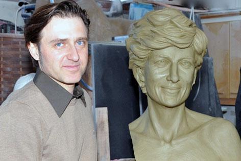 Wolfgang Karnutsch mit Büste von Lady Diana