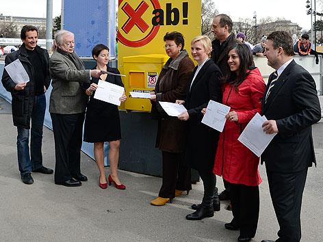 Mitglieder der Wiener Stadtregierung bei Stimmabgabe zur Volksbefragung