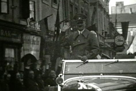 Adolf Hitler fährt in einem Auto durch Sankt Pölten