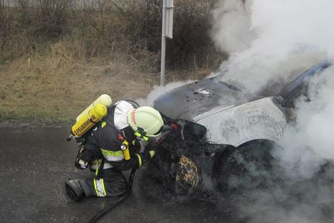 Feuerwehr löscht Gasauto