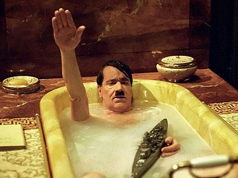 """Helge Schneider als Adolf Hitler in der Badewanne im Dany Levy-Film """"Der Fuehrer"""""""