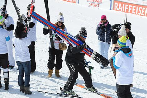 Herbert Mandl umringt von Ski-Damen