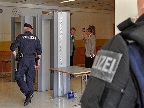 Polizisten bei der Sicherheitsschleuse im Wiener Straflandesgericht