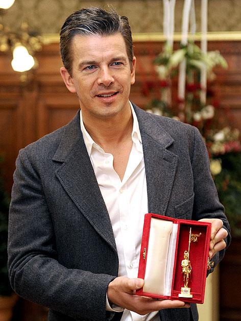Markus Lanz mit dem Goldenen Rathausmann im Wiener Rathaus