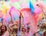 Holi Festival: Bei dem aus Nordindien stammenden Frühlingsfest werden hunderte Farbbeutel in die Luft geschleudert