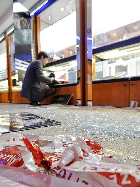 Scherben und zerstörte Vitrinen nach Überfall auf Juwelier in Wien-Landstraße im Februar 2012