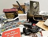 Bücher, Fotos, Trompete und Ahnenpass von Heinrich Reichel. Zusammengestellt von Friedemann Derschmidt in einer Ausstellung in der Akademie der Bildenden Künste