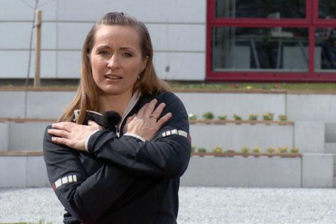 Doresia Krings mit rechter Hand auf linker Schulter und linker Hand auf rechter Schulter im Fernsehgarten des Landesstudios Salzburg